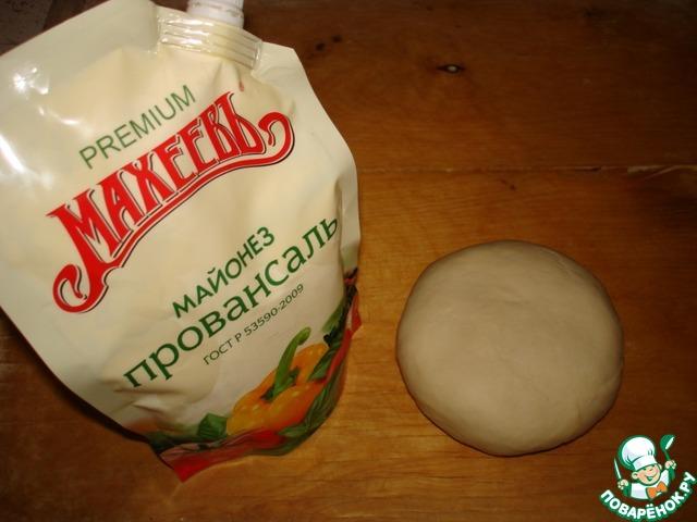 """Муку просеять, добавить соль. Воду смешать с майонезом (я использовала майонез ТМ """"Махеев"""" провансаль). Замесить тесто, завернуть в плёнку и оставить на 30-40 минут."""