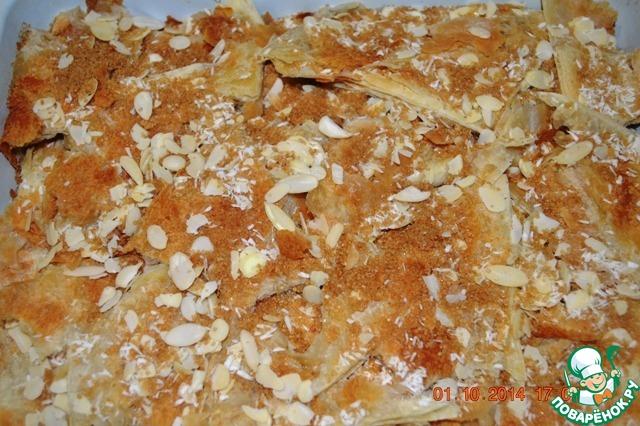 Посыпаем сверху миндальными лепестками (можно дробленные орехи, нарезанные финики, фисташки и т. д.), кокосовой стружкой и коричневым сахаром