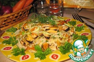 Теплый салат с мидиями и сезонными овощами