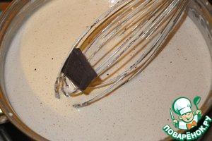 Добавляем кусочки шоколада, помешиваем, чтобы они растворились.