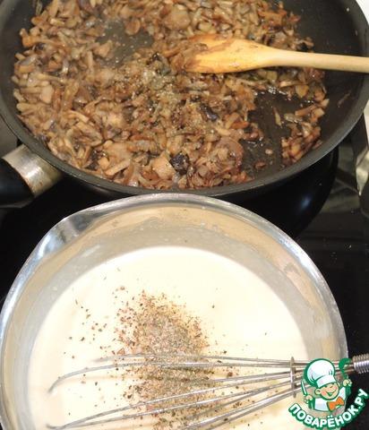 """Пока грибы обжариваются, приготовим соус """"Бешамель"""". Для этого в сотейнике растопим сливочное масло, добавим муку и будем обжаривать минуты 3-4, затем тонкой струйкой вольем сливки, при этом нужно энергично все перемешивать венчиком, дождемся загустения и - соус готов. Можно его посолить, добавить любимые специи (у меня морская соль с сушеными белыми грибами и специями)."""