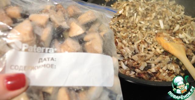 У меня основные грибы - свежие шампиньоны, но я добавила немного замороженных лесных грибов, собранных мною же в лесах подмосковья. Лесные грибы дают неповторимый аромат!