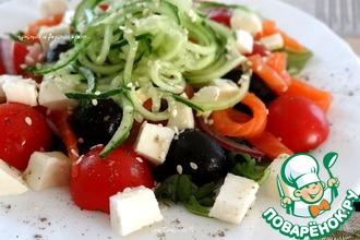 Салат с моцареллой, овощами и форелью