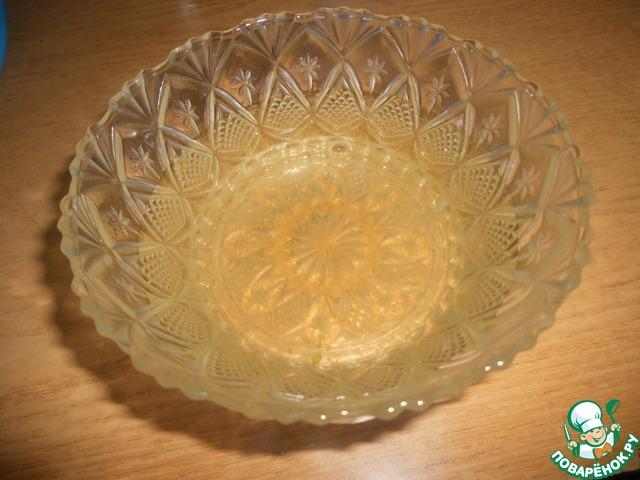 Варим сироп. Сахар заливаем водой с лимонным соком, завариваем. Добавляем ромовую эссенцию и цедру. Вымешиваем. На фото - готовый сироп.