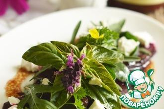 Салат из свеклы, салатного микса и козего сыра со сливовой заправкой
