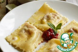 Равиоли со сливочным сыром и брусничным соусом