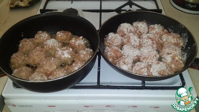 Сделать маленькие круглые шарики и обвалять их в муке. разогреть сковороду с подсолнечным маслом. начать их обжаривать с двух сторон.