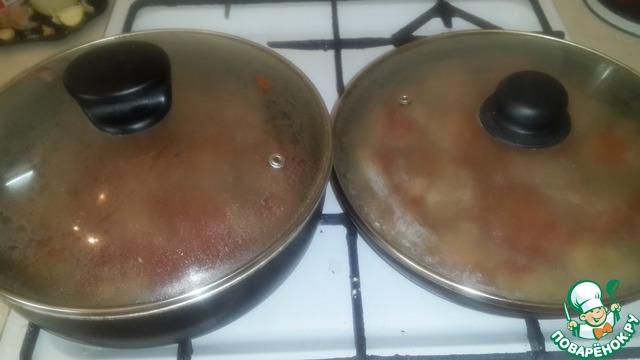 Добавляем соус в уже обжаренные тефтельки вместе с водой. и как бы их тушим. я использую сразу две сковороды, т. к. фарша беру много.