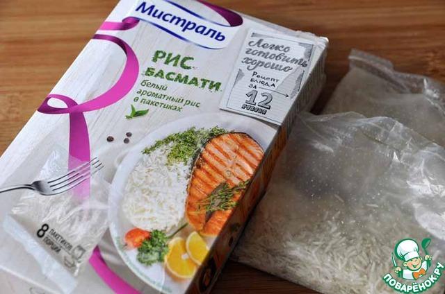 """Берём рис """"Басмати"""" в пакетиках от """"Мистраль"""", кладём в кипящую воду и варим 12 минут.     Пока варится рис, готовим кальмар с овощами."""