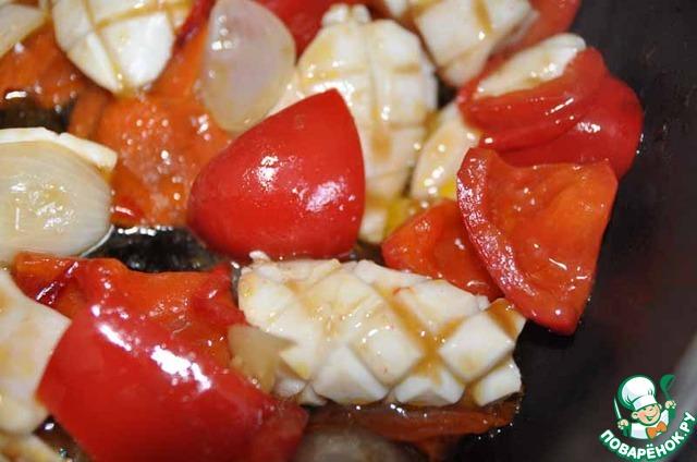 Заливаем заправкой кальмар с овощами, быстро перемешиваем, огонь отключаем, соус густеет сразу.   Даём кальмару настояться ещё 2 минуты.