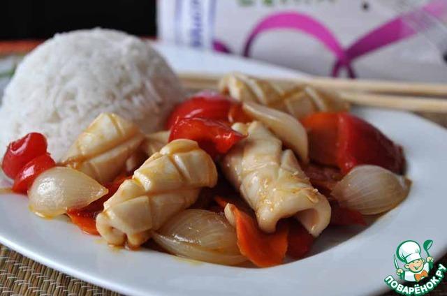 К рису кладём горячий кальмар с овощами, посыпаем перьями зелёного лука.   Приятного аппетита!
