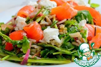 Салат из рукколы с рыбой и томатами