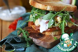 Очень сытный сэндвич с омлетом и пикантным лососем домашнего посола