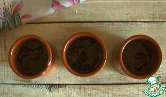 Раскладываем тесто в порционные формочки или прямо в чашки, наполняя их чуть больше, чем на половину, т. к. тесто будет подыматься.   Отправляем в микроволновку на 3-4 минуты на максимальную мощность. Смотрите уже по своей микроволновке. Готовность проверяем деревянной лучиной.
