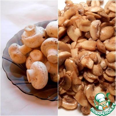 Свежие шампиньоны помыть, нарезать и обжарить. В ингредиентах я указала вес свежих грибов; не забываем, что они сильно ужариваются.