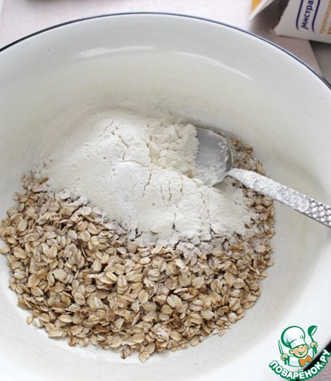 Смешать геркулес с мукой, затем соединить с масляной смесью, хорошо размешать.