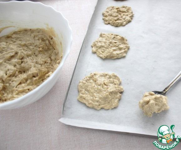 Противень застелить кулинарной бумагой и чайной ложкой выложить тесто на большом расстояние друг от друга, печенье при выпечки растекается.    Печь в разогретой духовке при 180 градусах ориентировочно 10-12 минут, при этом желательно учитывать особенности своей духовки