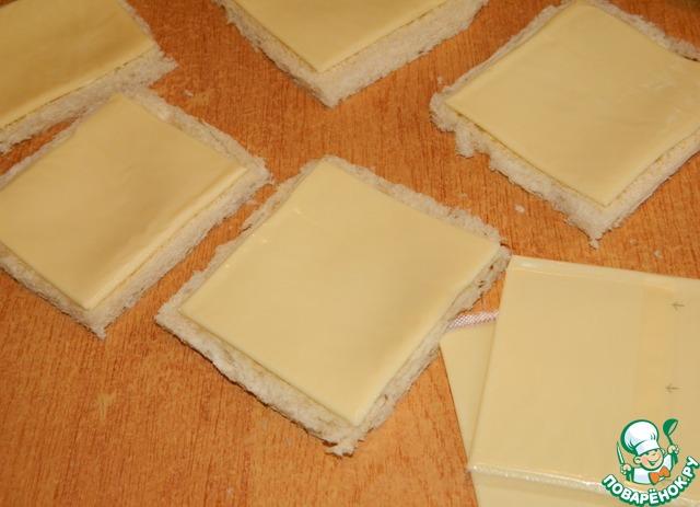 Разложить ломтики сыра.