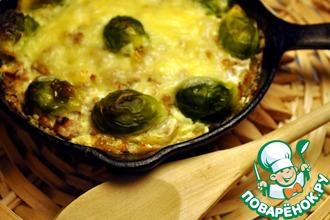 Сковорода с мясной запеканкой и брюссельской капустой в молочно-сырном соусе