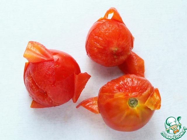 После этих манипуляций шкурка от томатов легко отделяется. Томаты очистить от кожицы.