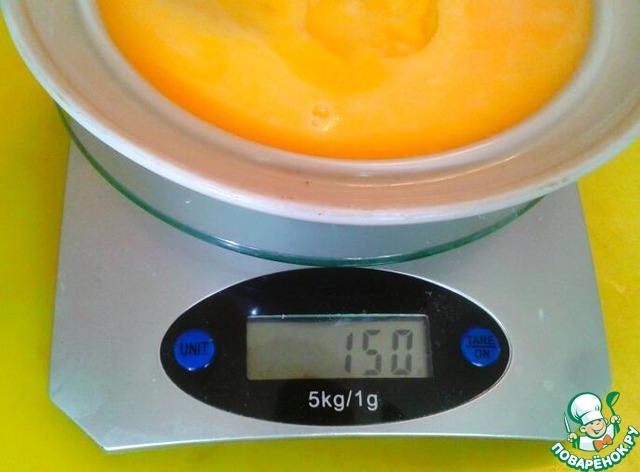 Я стерилизую желтки в морозилке. Разливаю по 50г в маленькие пакетики и достаю столько, сколько мне нужно. Вот размороженные три пакета.