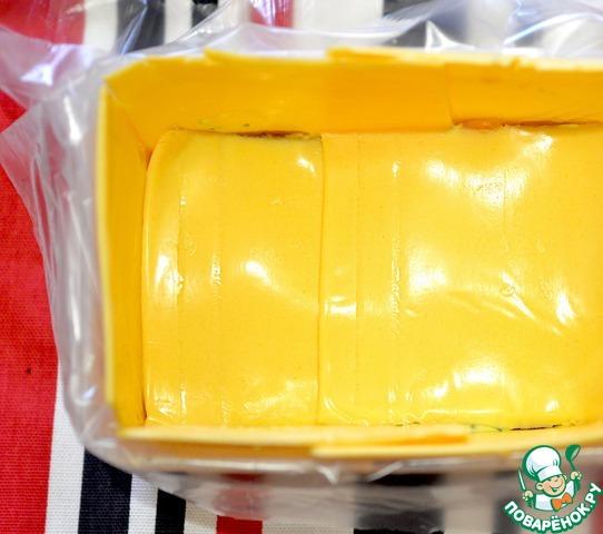 Смазать соусом, закрыть бутербродным сыром.