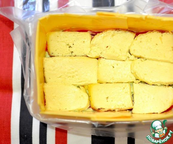 Следующий слой - брынза или козий сыр. Смазать соусом.