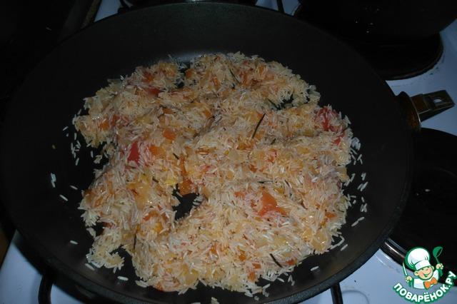 2. Тщательно отжимаем сок из томатов, режем их и выкладываем в сковороду к луку вместе с листьями розмарина.