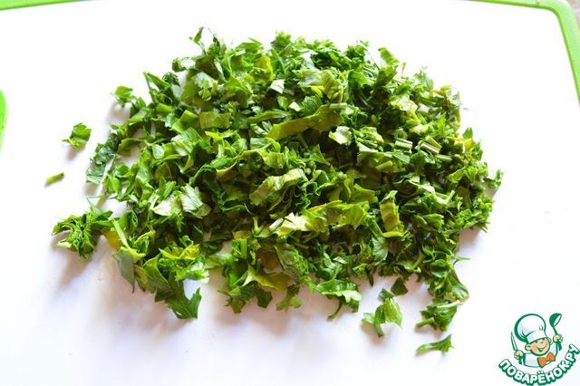 Мелко режем петрушку (можно взять любую зелень: укроп, лук зеленый).