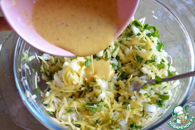 Нашу заливку выливаем к картофелю с луком и петрушкой.