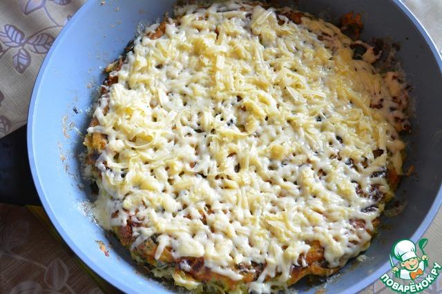 Когда пирог приготовится, выключаем плиту и посыпаем тертым на мелкой терке сыром. Оставляем минут на 10 постоять (чтобы сыр растаял).
