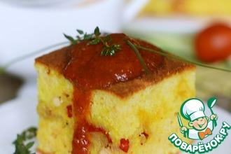 Закусочный бисквит без яиц с курицей, овощами и томатным соусом