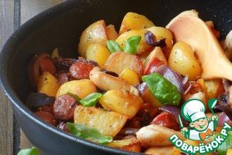 Картофельная сковорода с курицей и колбасками