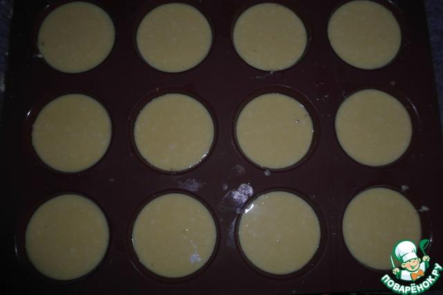 6. Заполняем формочки и выпекаем в разогретой до 180 градусов духовке 25 -30 мин., затем оставляем на 30 мин остывать, не вынимая из форм.