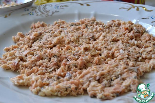 С горбуши слить жидкость и размять рыбу вилкой. Выложить на блюдо. Это будет 1-ый слой.