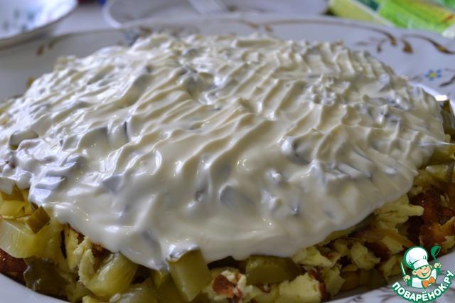 Хорошо смазываем последний слой майонезом, подравниваем наш салат. Посыпаем сверху измельченными чипсами и украшаем по своему вкусу.   Убираем в холодильник минут на 30-40.