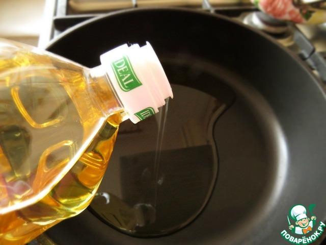 Наливаем в сковороду.