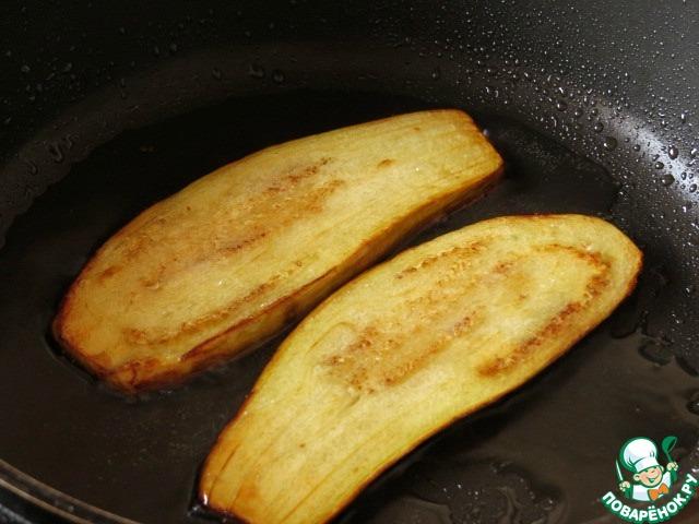 Обжариваем полоски баклажанов до золотистости с двух сторон, немного присаливая. По необходимости подливаем растительное масло.
