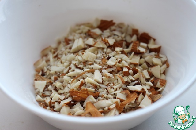 Орехи измельчить. Я сложила орехи в прочный полиэтиленовый пакет и прошлась по ним скалкой. В любом случае не следует растирать орехи в пыль! (Орехи можно брать любые, я использовала смесь миндаля и фундука)