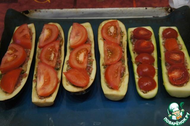 Накрыть ломтиками помидоров,