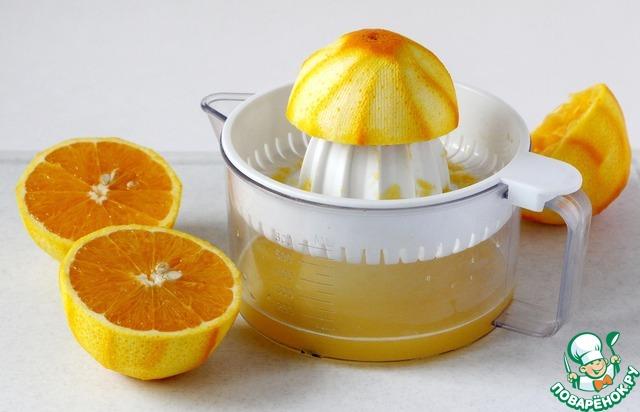 Выжать из апельсинов сок, можно и с кусочками мякоти. В зависимости от размеров апельсинов, сока получается 200-250 мл.