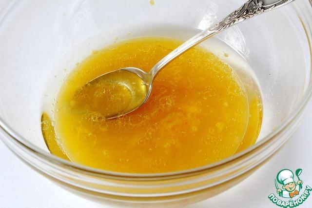Смешать сок апельсина, ванильный сахар и растительное масло.