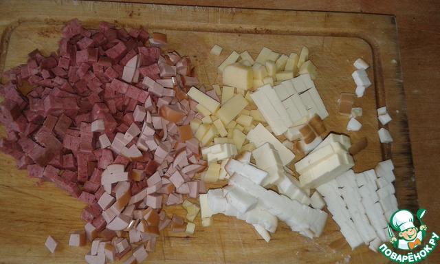 В это время нарезать кубиками колбасу и сыры. У меня была копченая и вареная колбаса и 3 вида сыра: копченый, плавленный и полутвердый