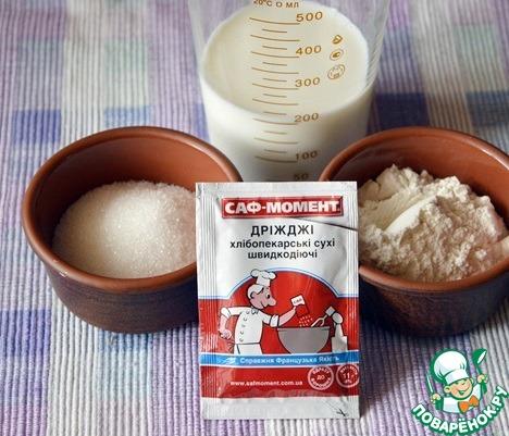 Все используемые ингредиенты для выпечки пасхального кулича должны быть комнатной температуры, потому из заранее нужно достать из холодильника и оставить при комнатной температуре за 4-6 часов до начала приготовления.   Первым делом приготовим опару: молоко прогреем до 40 градусов и соединим с дрожжами, 2 ст. л. сахара и 2 ст. л. муки.    Накроем мисочку пищевой пленкой и оставим подходить на 30 минут!