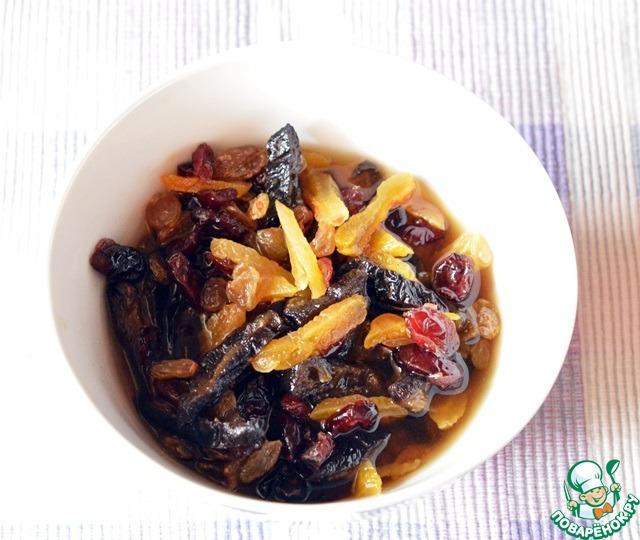 Используемый чернослив и курагу мелко нарезаем и вместе с изюмом и вяленой вишней заливаем коньяком. Оставляем напитываться ароматами на 1 час.
