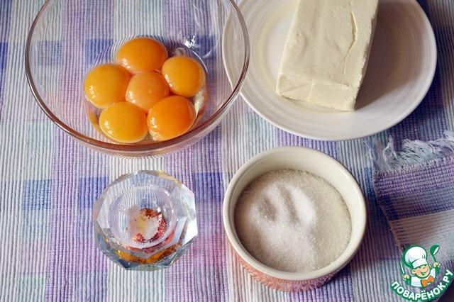 Масло с оставшимся сахаром взбиваем до кремовой массы, вводим по одному желтки и снова взбиваем массу до получения кремовой текстуры.   Соединяем с опарой и просеиваем половину муки. Замешиваем жидкое тесто и, накрыв полотенечком, оставляем в теплом месте без сквозняков на 1 час, чтобы тесто подошло и увеличилось в объеме в 2,5-3 раза.