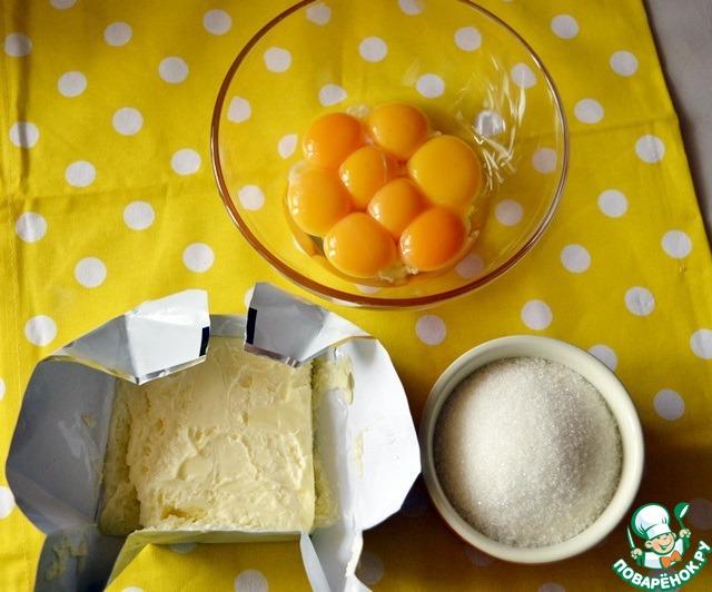 Яичные желтки растираем с оставшимся сахаром и размягченным сливочным маслом. Получаем такую себе масляную эмульсию!