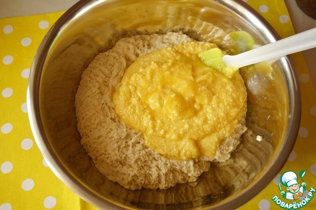 Поднявшуюся опару соединяем с яично-масляной смесью.