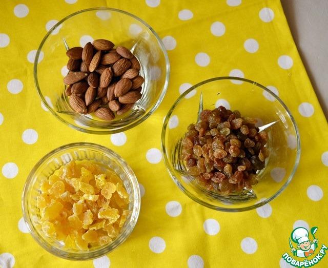 Добавляем набухший и высушенный бумажным полотенцем изюм, цукаты и орехи (я очень люблю в дрожжевой выпечке миндаль, но Вы можете использовать свои любимые орехи).