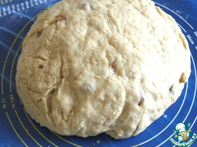 Выложить тесто на стол и вымесить тесто, постепенно подсыпая оставшуюся муку. Месить нужно долго, подсыпая муку до того момента, пока тесто не начнёт отлипать от рук.